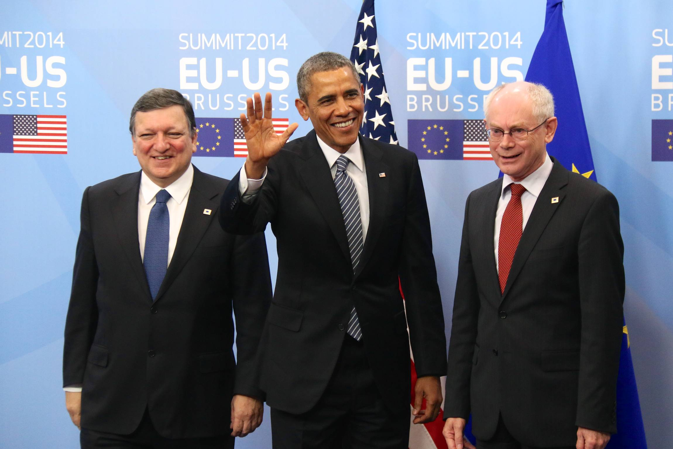 Barack Obama greets a crowd of waiting journalists ahead of the EU-US-Summit in Brussels, Belgium, March 26, 2014. He was welcomed by European Commission President José Manuel Barroso (left) and the president of the European Council, Herman van Rompuy.
