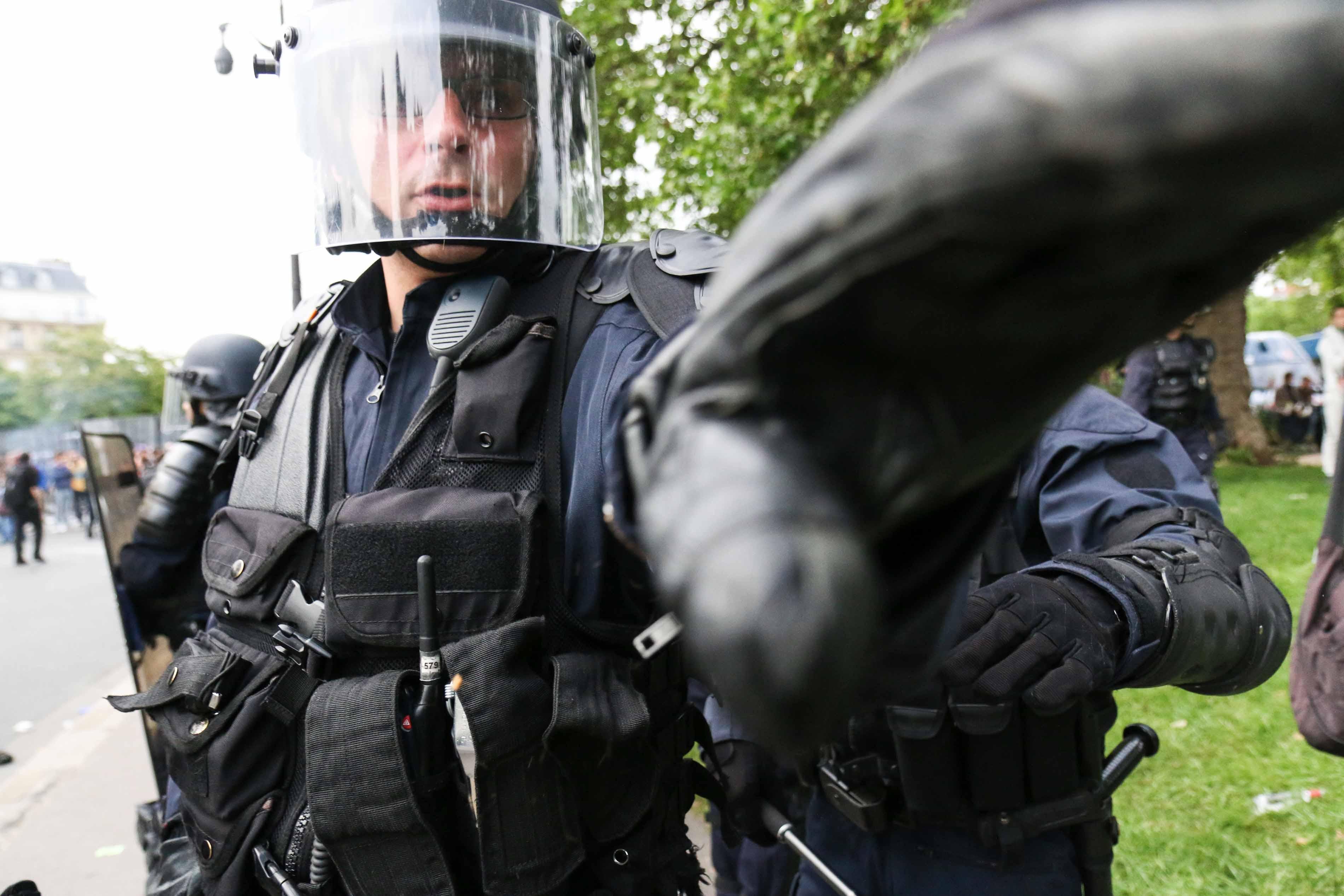 Un policier s'approche d'un journaliste lors d'une manifestation contre la Loi Travail le 23 mai 2016 à Paris.