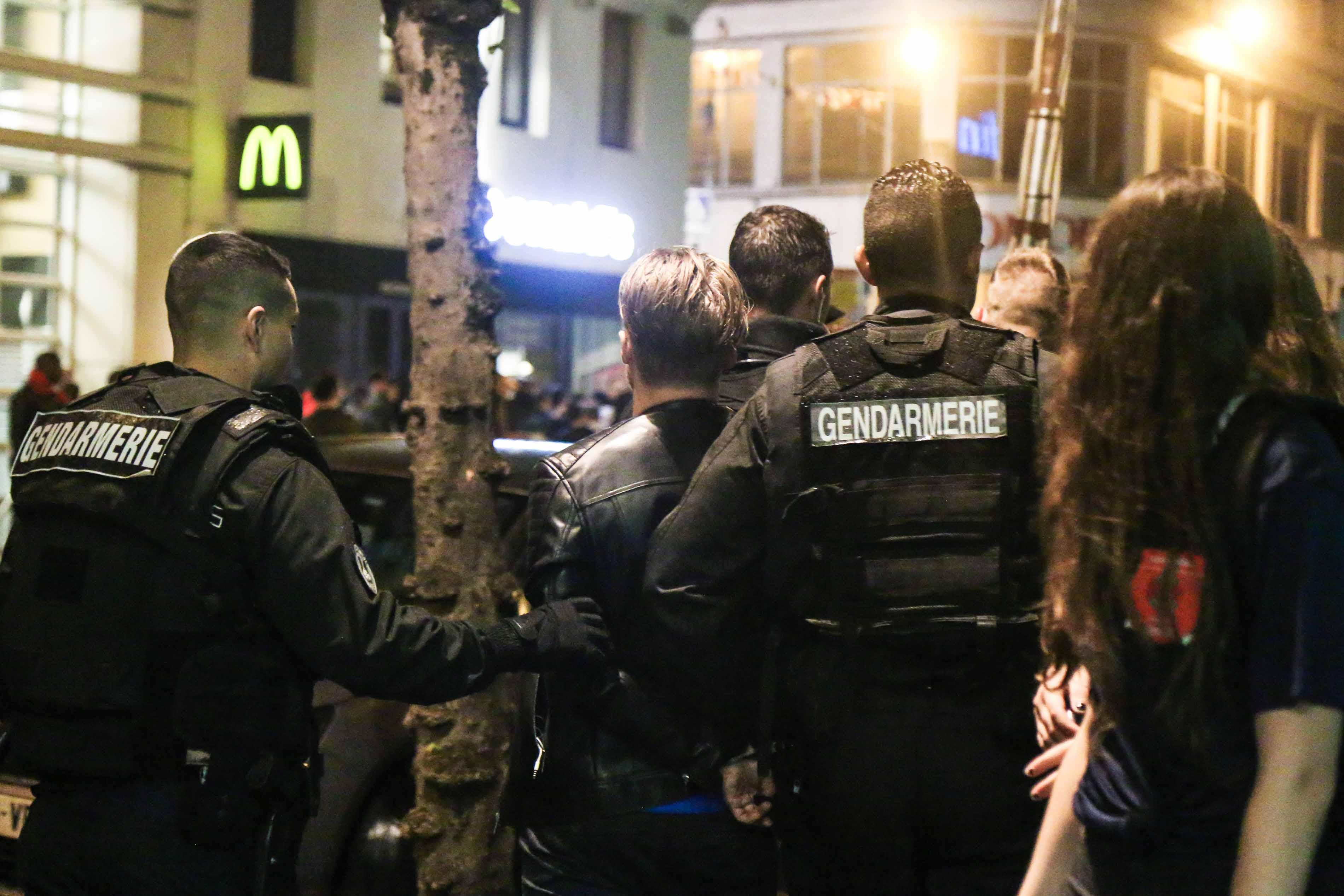 Un homme est interpellé par des gendarmes à la station de métro La Motte Piquet Grenelle le 3 juillet 2016 à Paris.