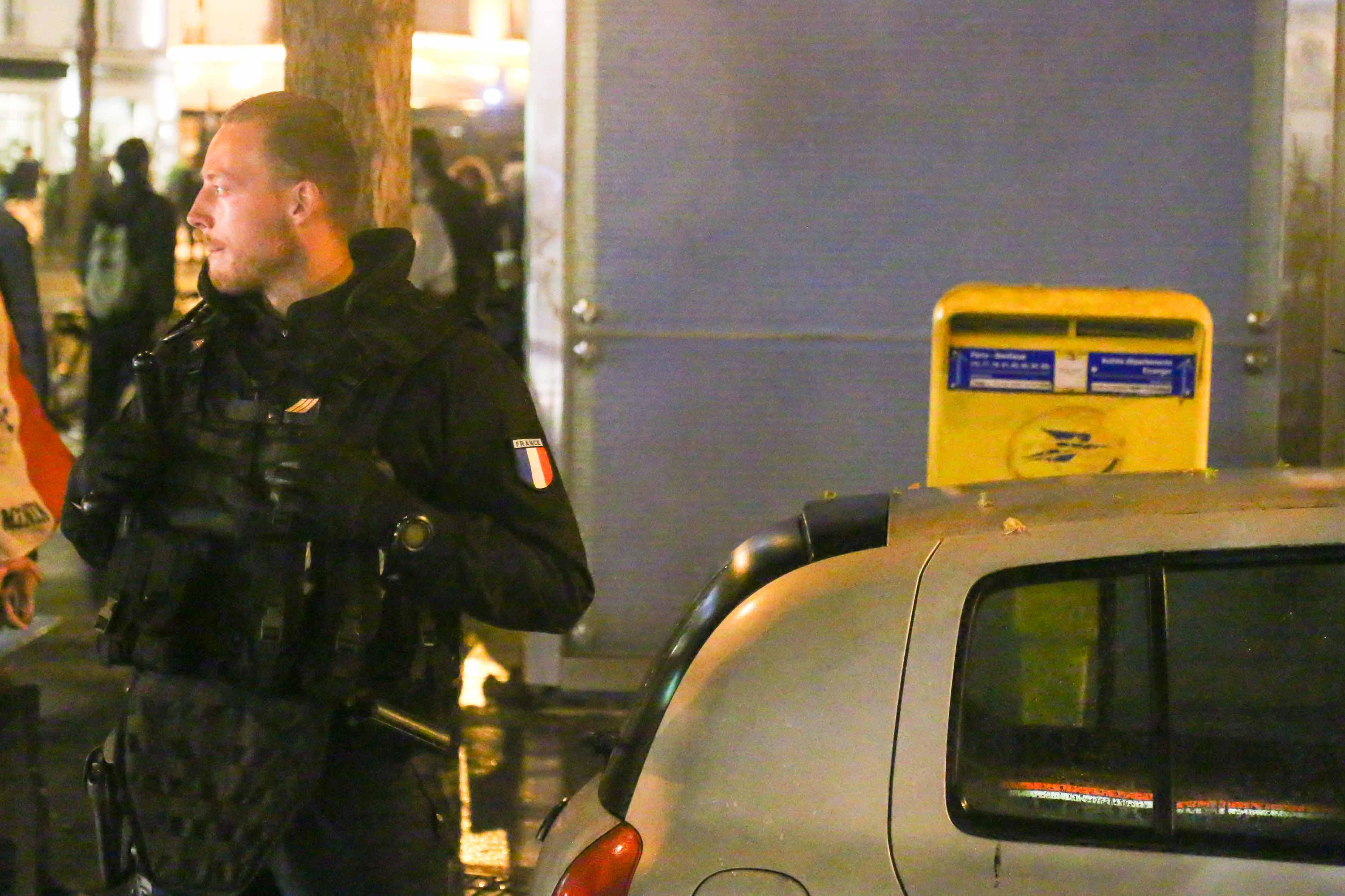 Un gendarme est positionné près de la station La Motte Piquet Grenelle à Paris le 3 juillet 2016.