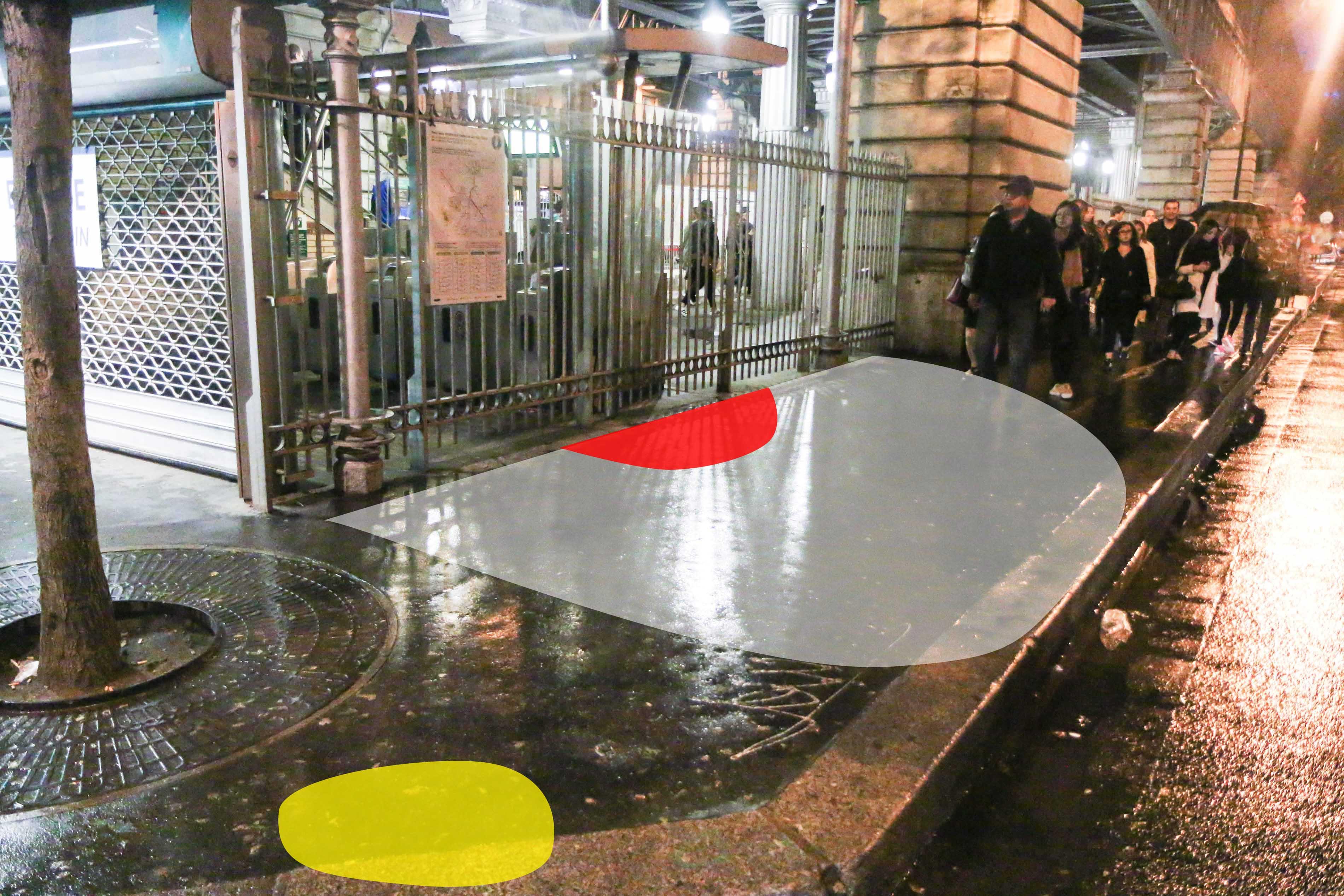La zone de l'interpellation : En rouge, l'endroit de l'interpellation. En blanc, le cordon policier établi par plusieurs gendarmes. En jaune, ma position pour la photo.