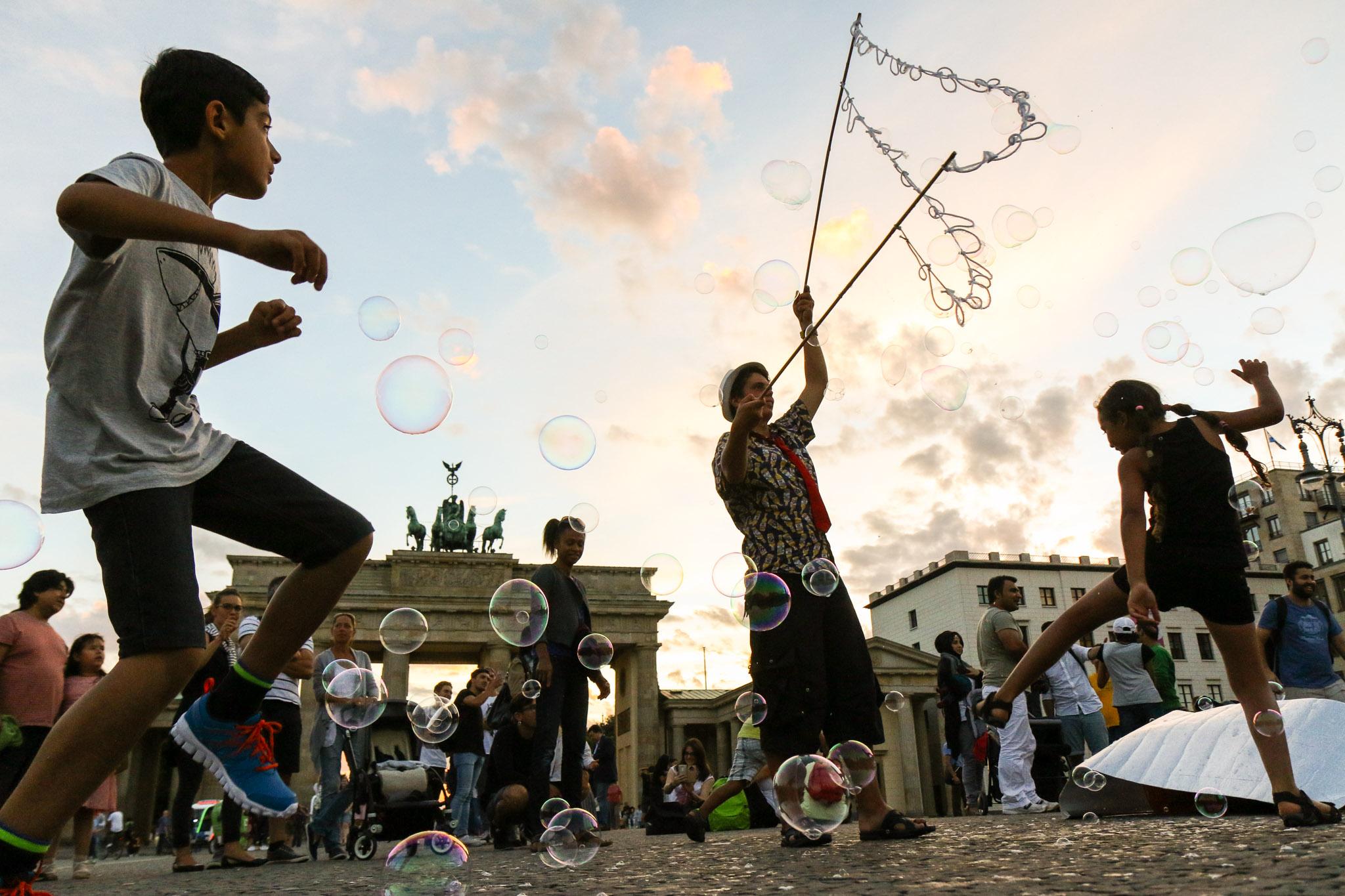Des enfants jouent avec des bulles de savon à Berlin en juillet 2017.