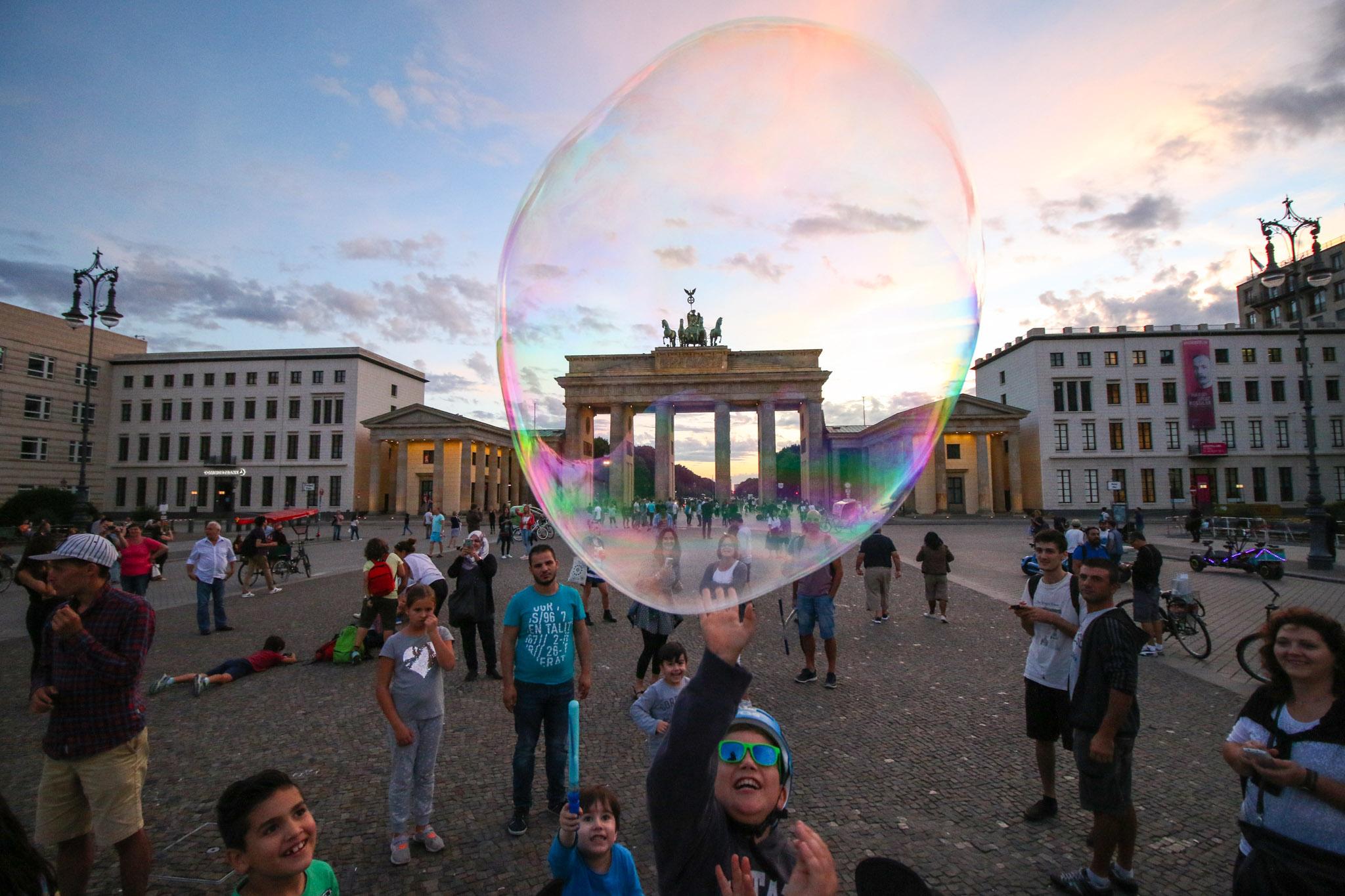 Un enfant essaye d'atteindre une bulle de savon à Berlin, en juillet 2016.
