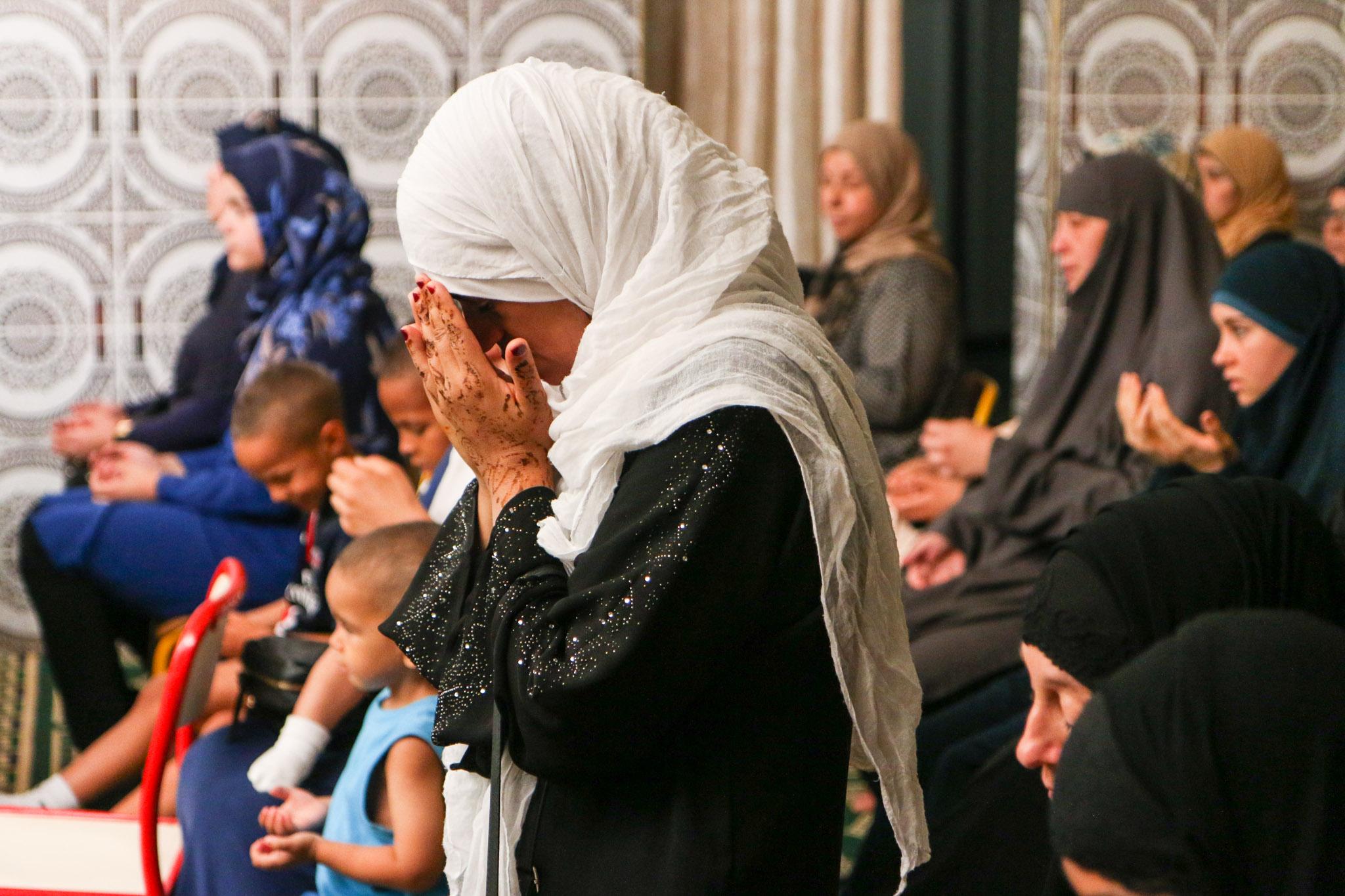 Une femme prie à une cérémonie pour les morts après les attentats de Nice le 21 juillet 2016.