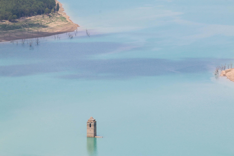 Un clocher au milieu d'un lac dans les Pyrénées, Août 2017